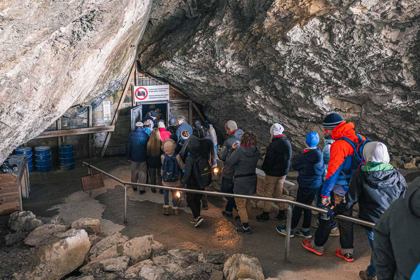 Die Warteschlange am Eingang zu den Eishöhlen
