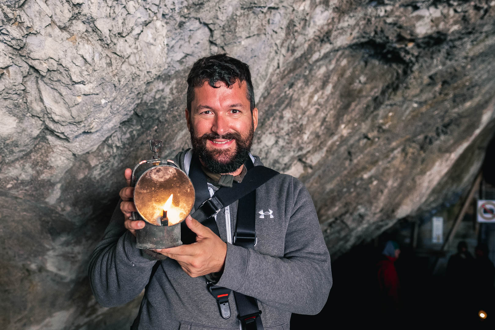 Gerhard Reus mit einer Petroleumlampe am Eingang zu den Eishöhlen