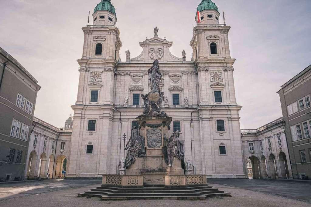 Marienstatue auf dem Platz vor dem Salzburger Dom
