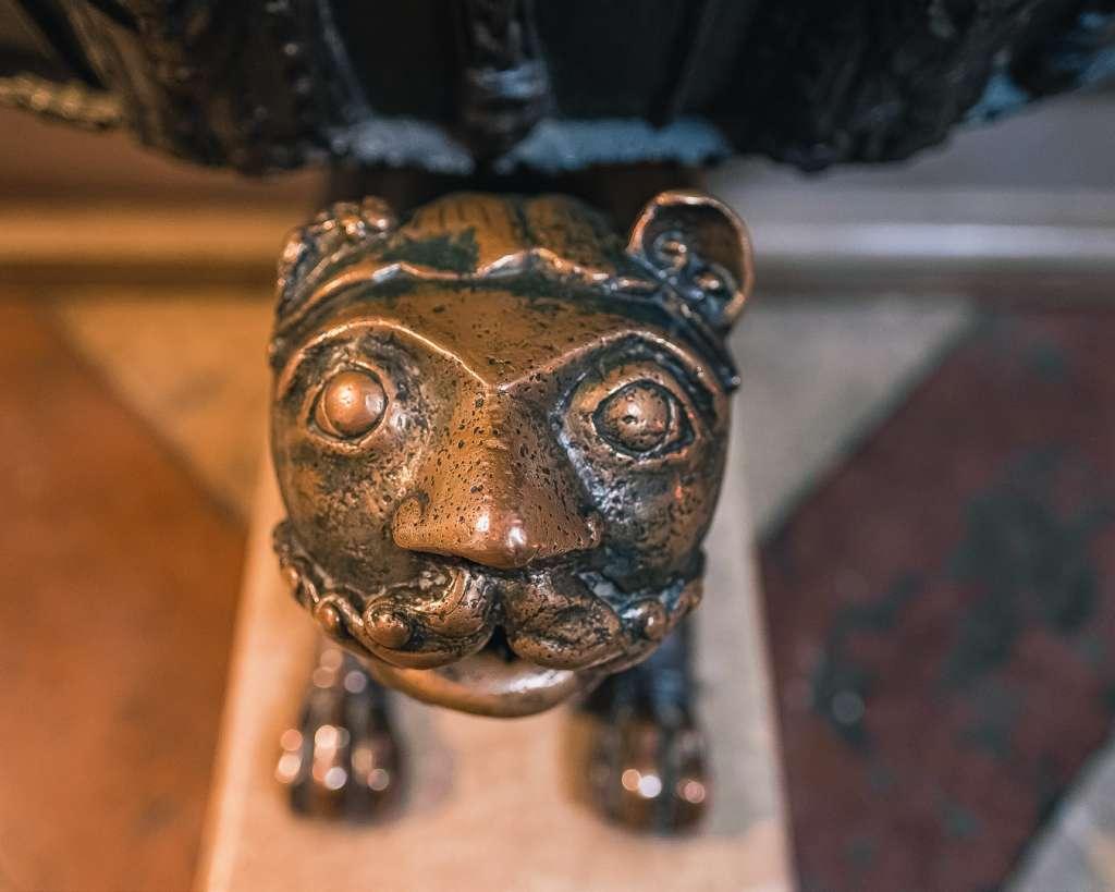 Romanische Löwen am Taufbecken im Salzburger Dom