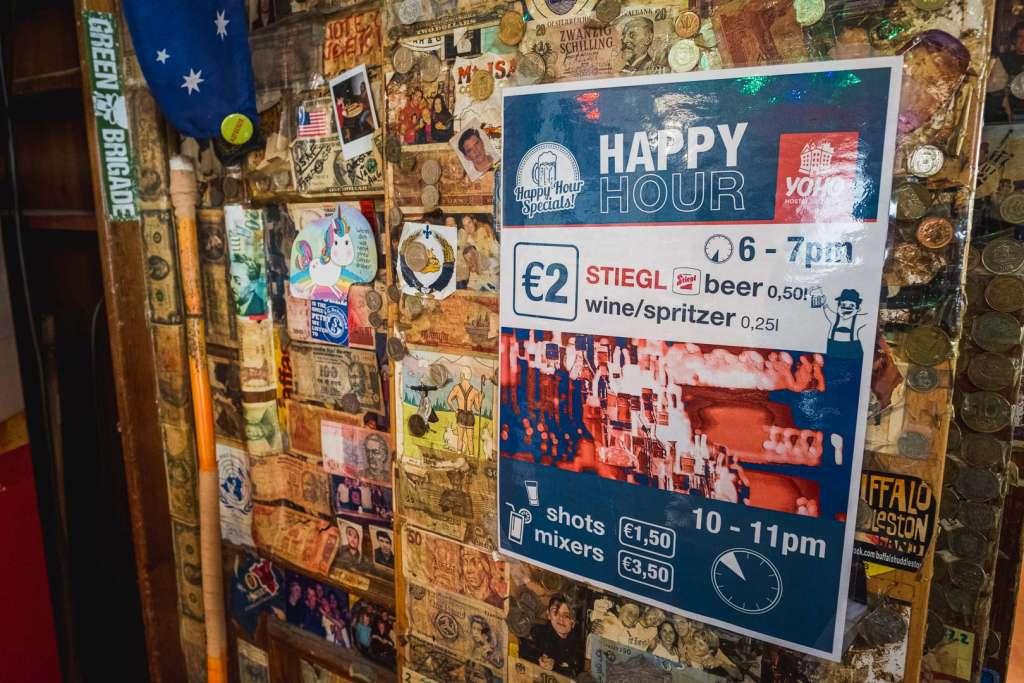 Plakat für die zwei Happy Hours im Yoho Hostel