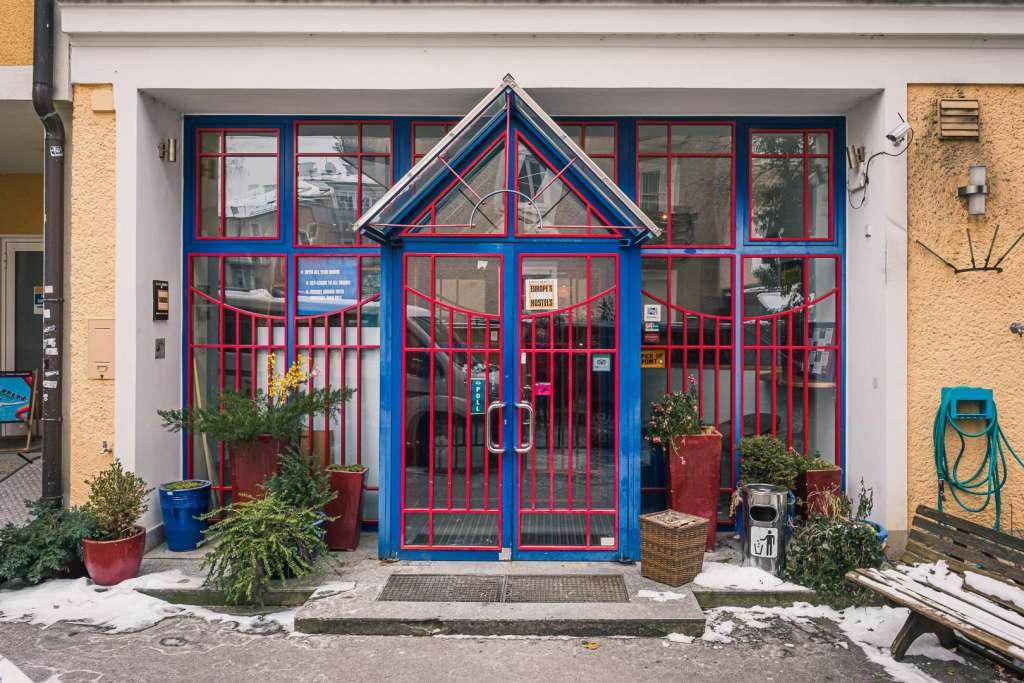 Der Eingang der Jugendherberge Yoho im Winter
