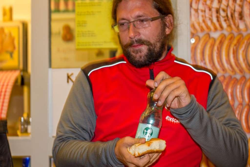 Das Essen der Heeres-Currywurst im Salzburger Grill Imbiss, um der erste General zu werden
