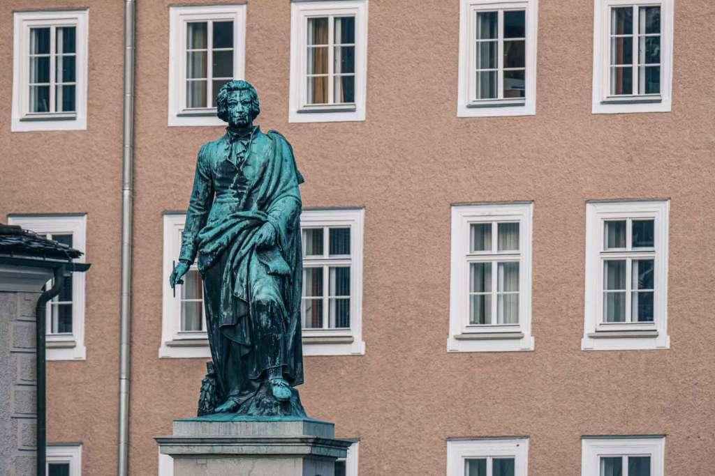 Die Mozartstatue am Mozartplatz