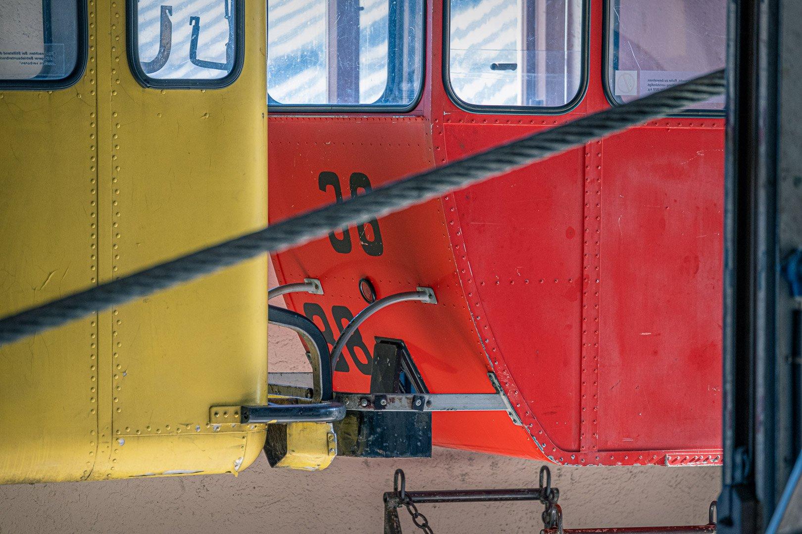 Rote und gelbe Gondel der Zwölferhornbahn auf das Zwölferhorn